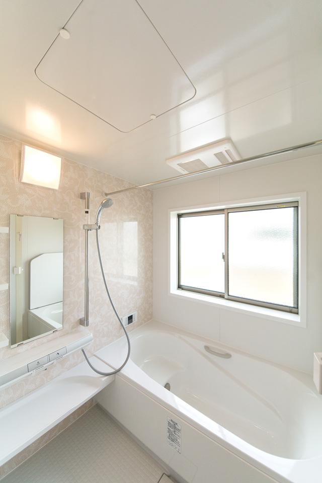 ベージュのアクセントパネルで穏やかな印象のバスルーム。
