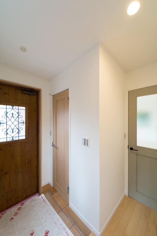 シューズインクロークを設え、すっきりとした印象の玄関スペース。
