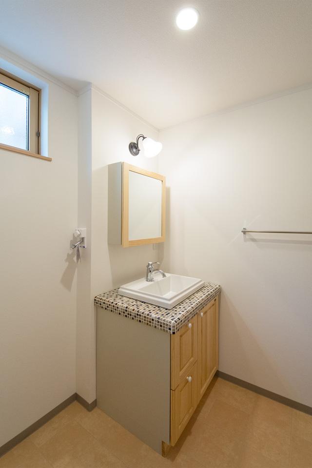 素朴な風合いのタイルカウンターがおしゃれな洗面化粧台。
