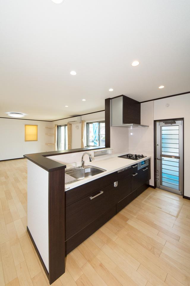 ダークウォルナットのキッチン扉がシックでスタイリッシュな空間を演出。