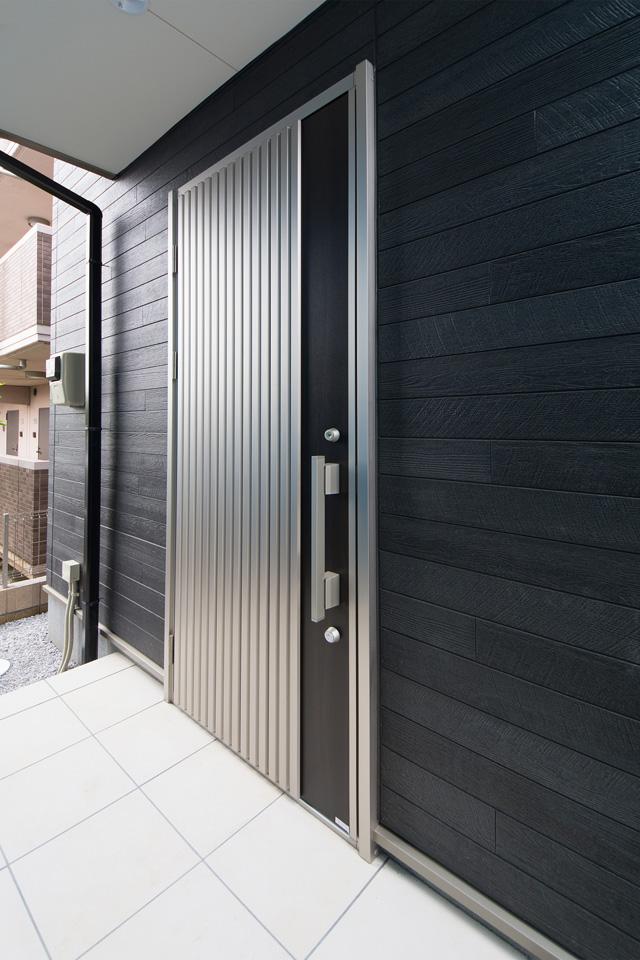 スタイリッシュなデザインの玄関ドア