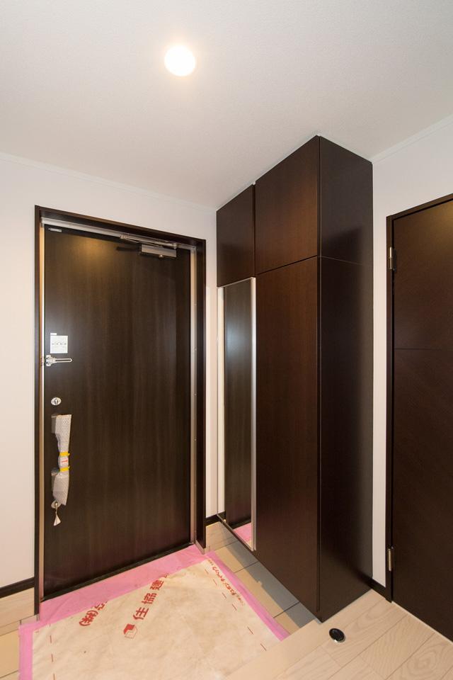 ディープウォルナットの建具が空間を引き締め、スタイリッシュな印象を与えます。