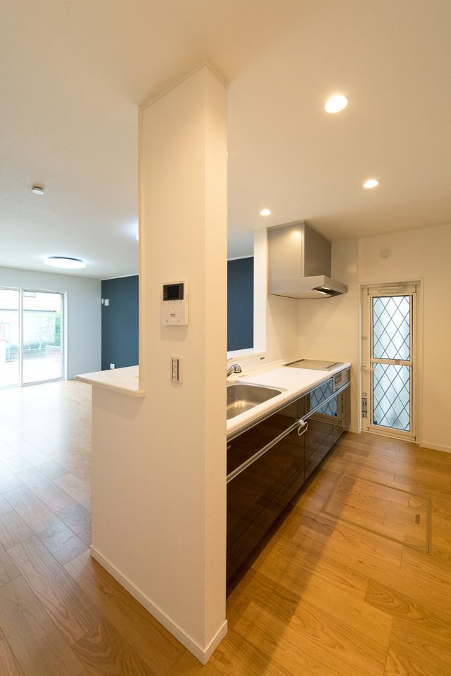 ナチュラルな雰囲気のキッチン。白を基調とした清潔感のある空間に。