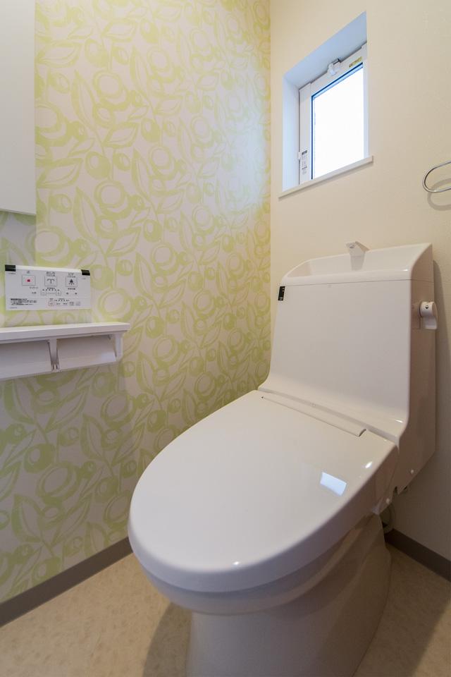 2階トイレ。グリーンのアクセントクロスが爽やかな空間を演出します。
