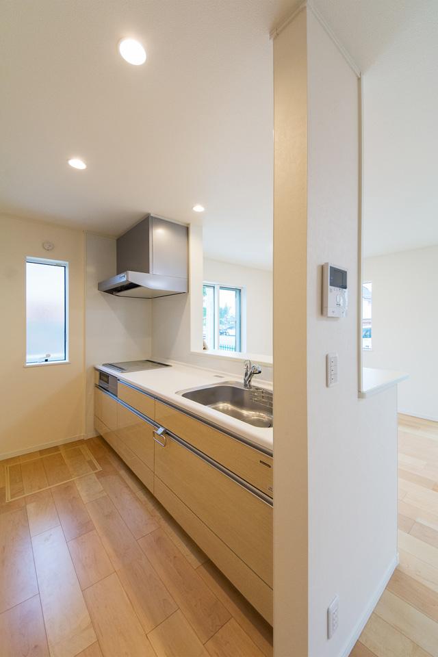 白を基調とした清潔感あるキッチン。アイボリーのキッチン扉がナチュラルな雰囲気を演出します。