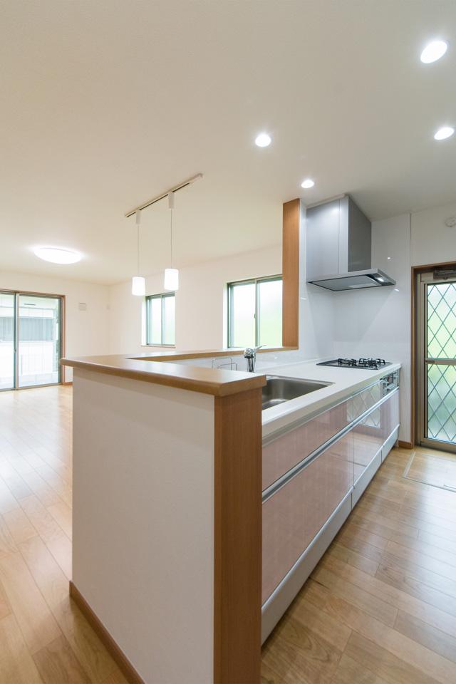 爽やかなローズのキッチン扉。清潔感溢れるキッチンスペース。