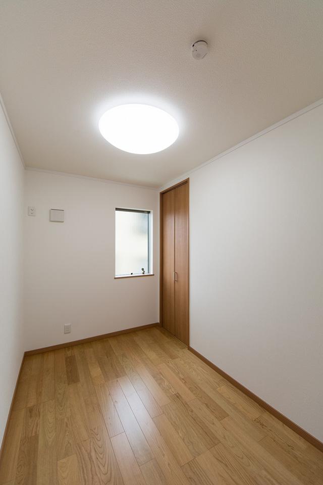 書斎や納戸として利用できる便利なリビング横の洋室(3帖)