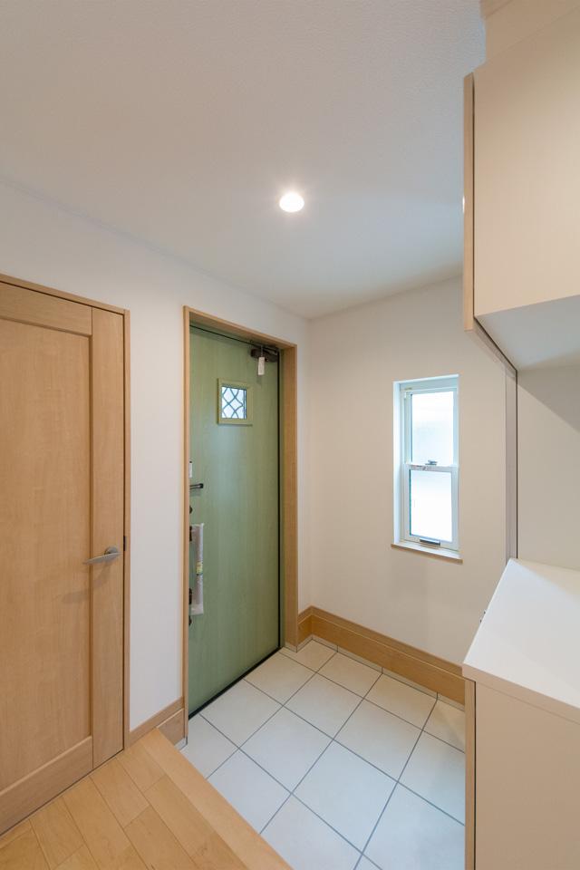 リーフグリーンの玄関ドアが空間を鮮やかに彩ります。