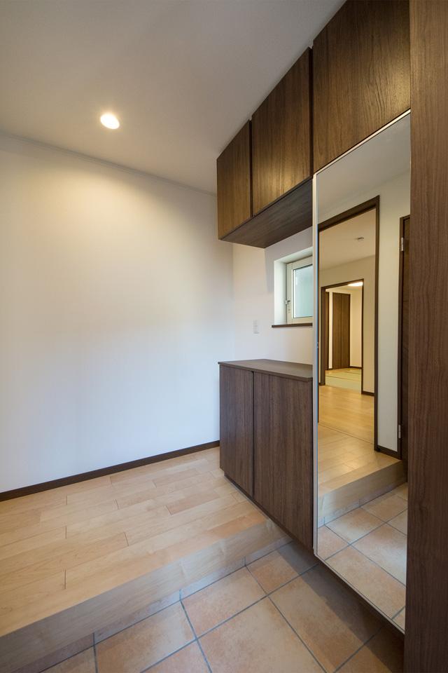 落ち着いた色調でナチュラルな雰囲気の玄関キャビネット。