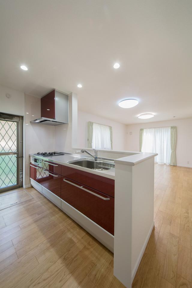 バーガンディのキッチン扉カラーが上品な風合いを演出。