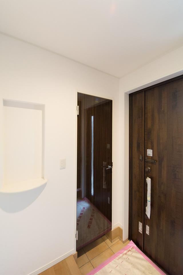 ニッチ棚を設えた玄関ホール。収納に便利なシューズクロークも。