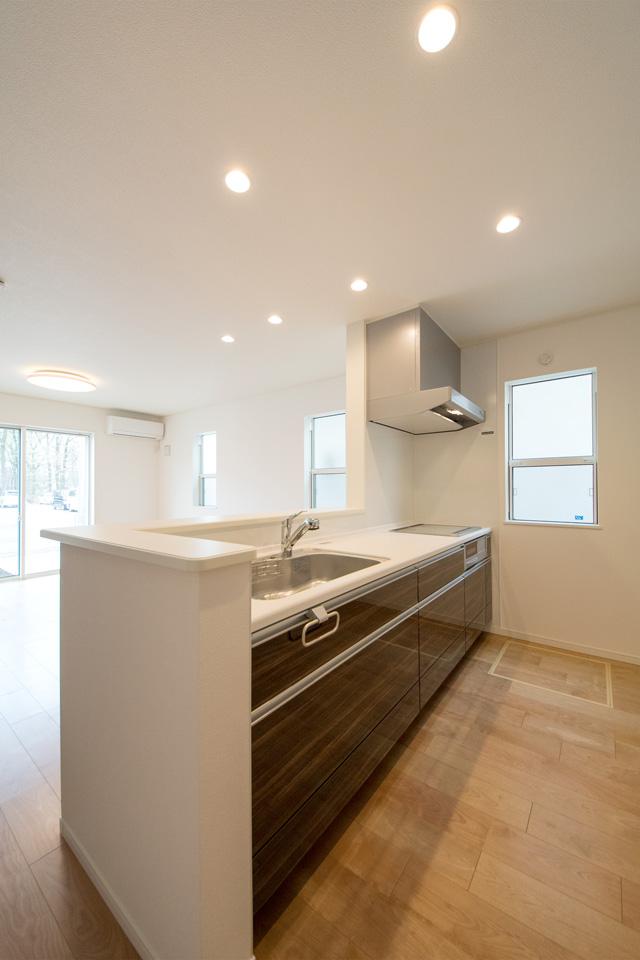 鏡面調のキッチン扉がラグジュアリーな空間を演出。