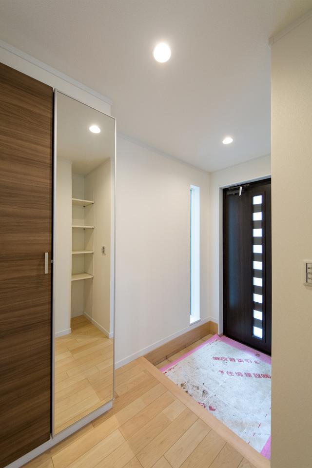 床から天井まで伸びた窓が明るく開放感のある玄関を演出。