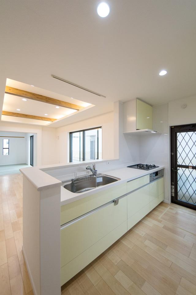 ライトグリーンのキッチン扉と人造大理石トップがナチュラルな室内を引き立てます。