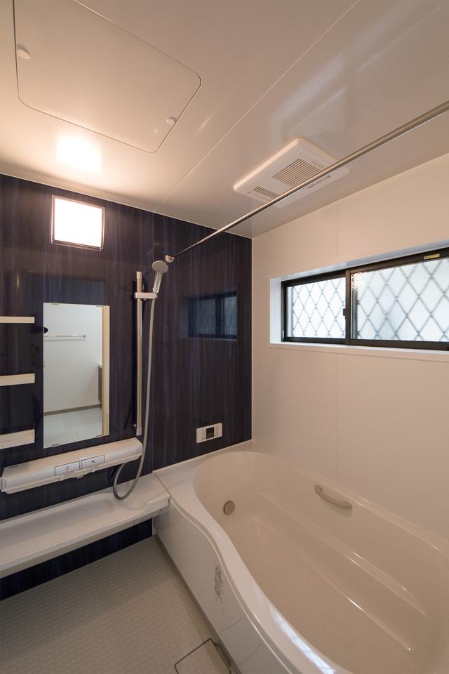 紺青をアクセントにした爽やかで清潔感のあるバスルーム。