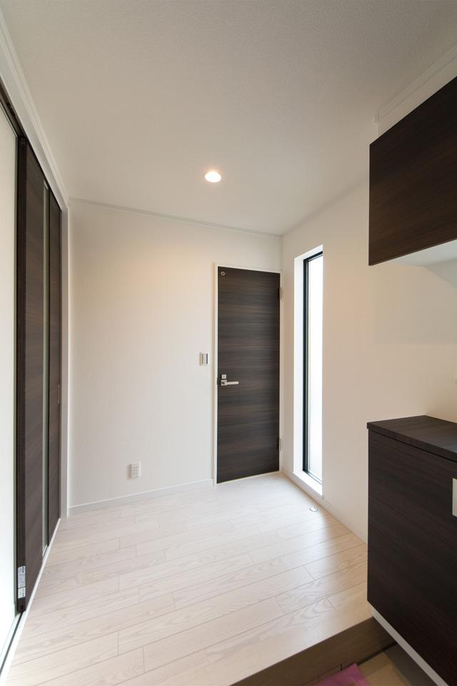 床から天井まで伸びた窓が明るく開放感のある玄関ホール。