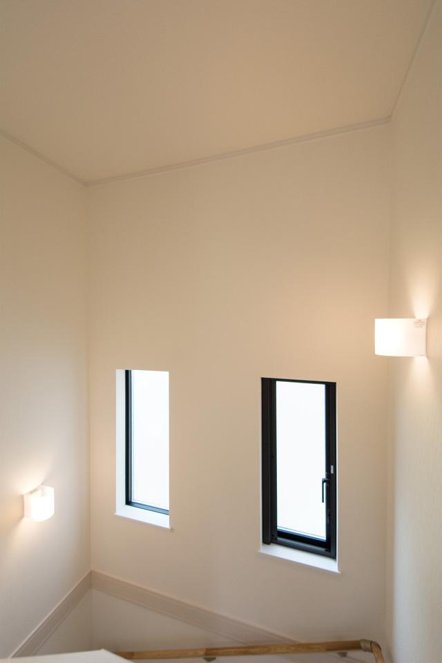 ブラケットライトのやわらかい光が空間を照らします。