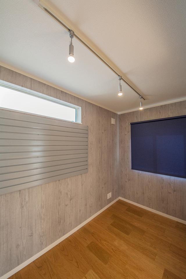 ガレージソリューションを設えた書斎。趣味やコレクションのディスプレイなど空間をオシャレにコーディネート。