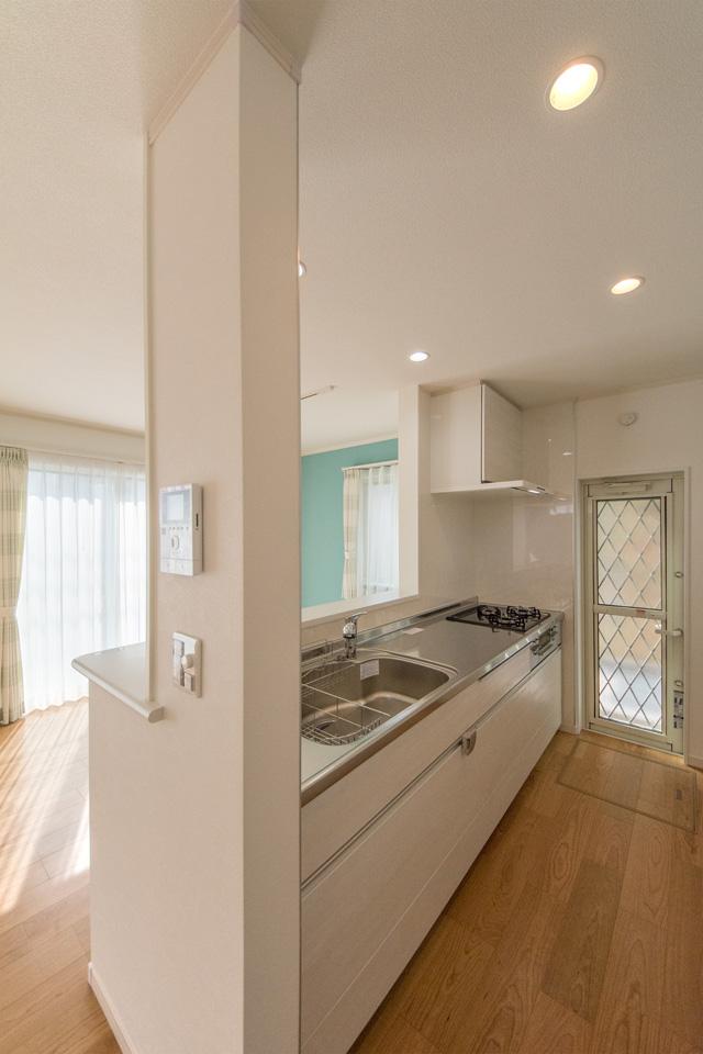 白を基調とした明るく、清潔感のあるキッチンスペース。