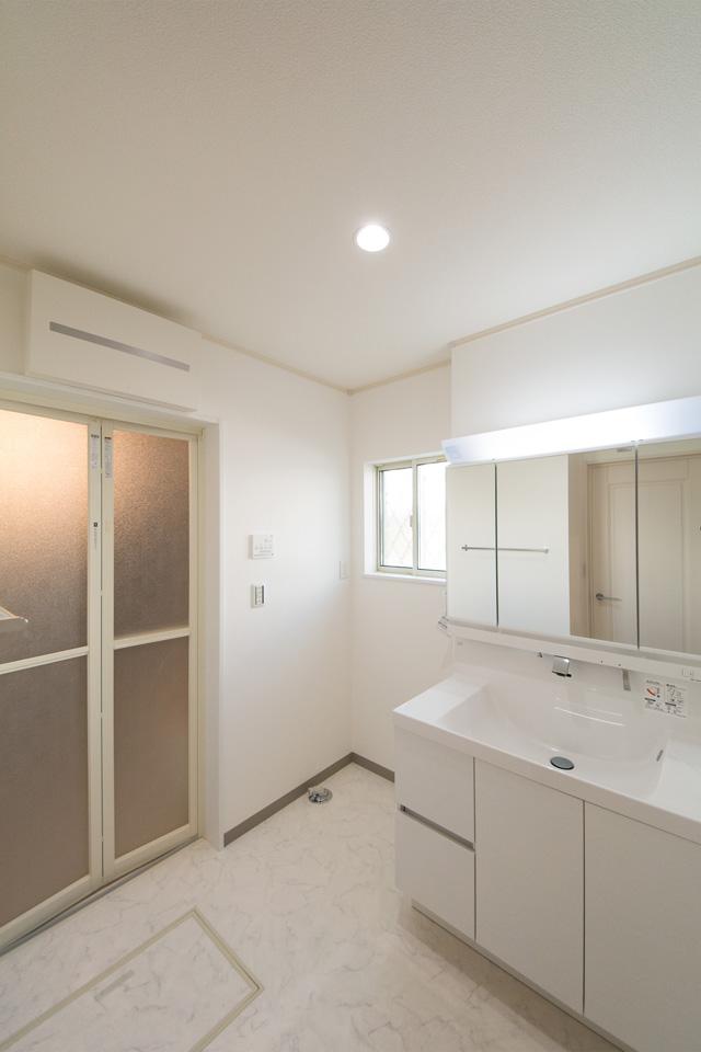 白を基調とした明るく、清潔感のあるサニタリールーム。