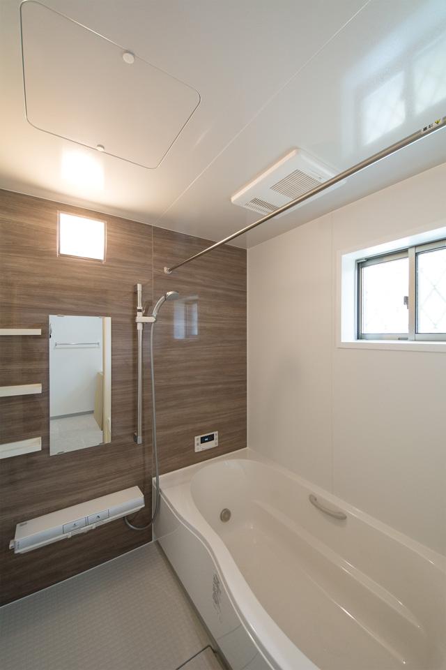 ナチュラルな配色で心地良い穏やかな空間のバスルーム。