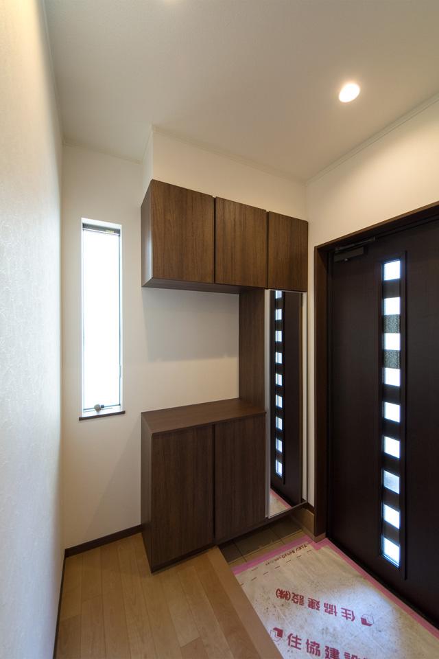 縦すべり窓と玄関ドアのガラス部分から光が差し込み、開放的で明るい空間に。