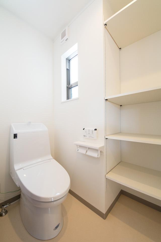白を基調とした清潔感のある2階トイレ。大きな収納スペースをしつらえました。