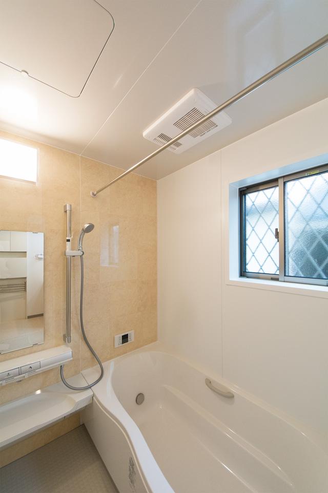 ベージュのアクセントパネルがナチュラルで心地良い穏やかな空間を演出。