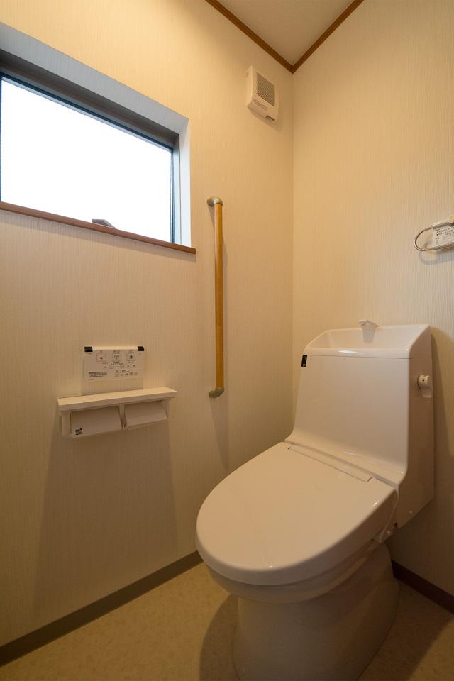 2階トイレはブルーグレーで落ち着きのある空間に。