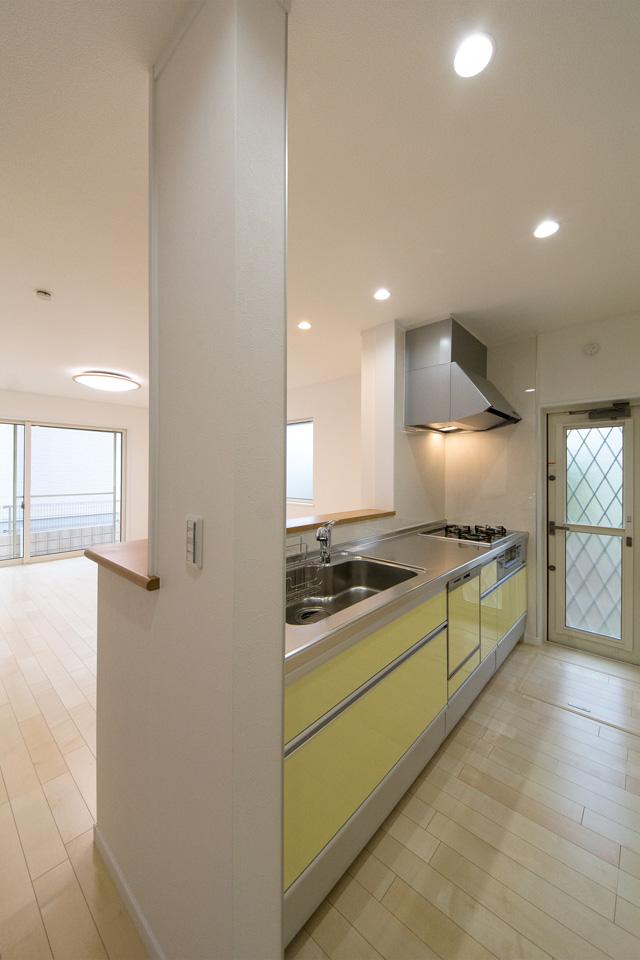 ライトグリーンのキッチン扉が室内空間に上品で爽やかな印象を与えます。