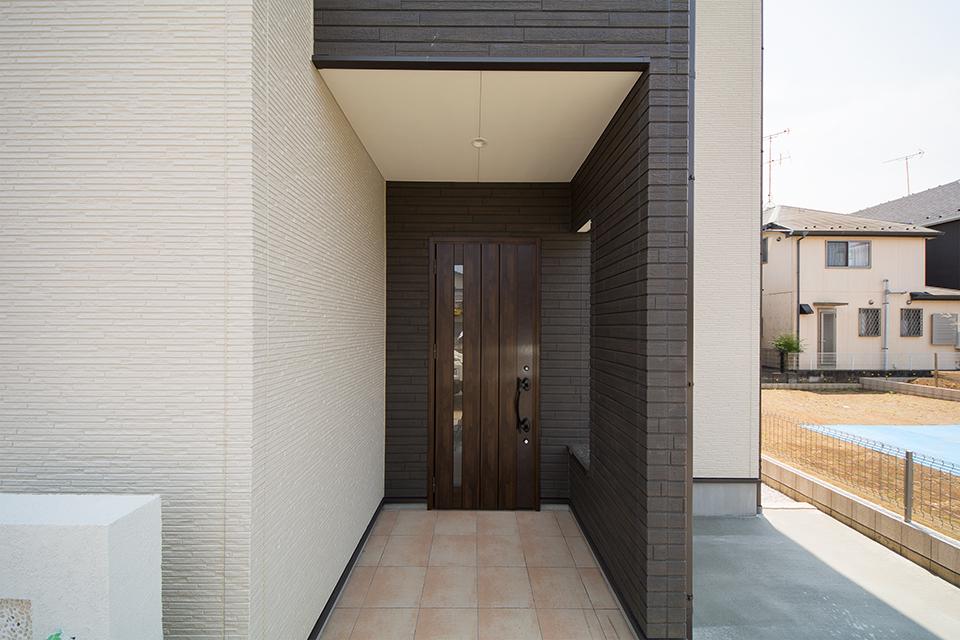 重厚感のあるアンティークオークの玄関ドアが印象的なエントランス。