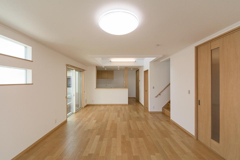 穏やかな木目と緻密な木肌が印象的なバーチのフローリングがブラウンの建具と相まって、ナチュラルな空間を演出。