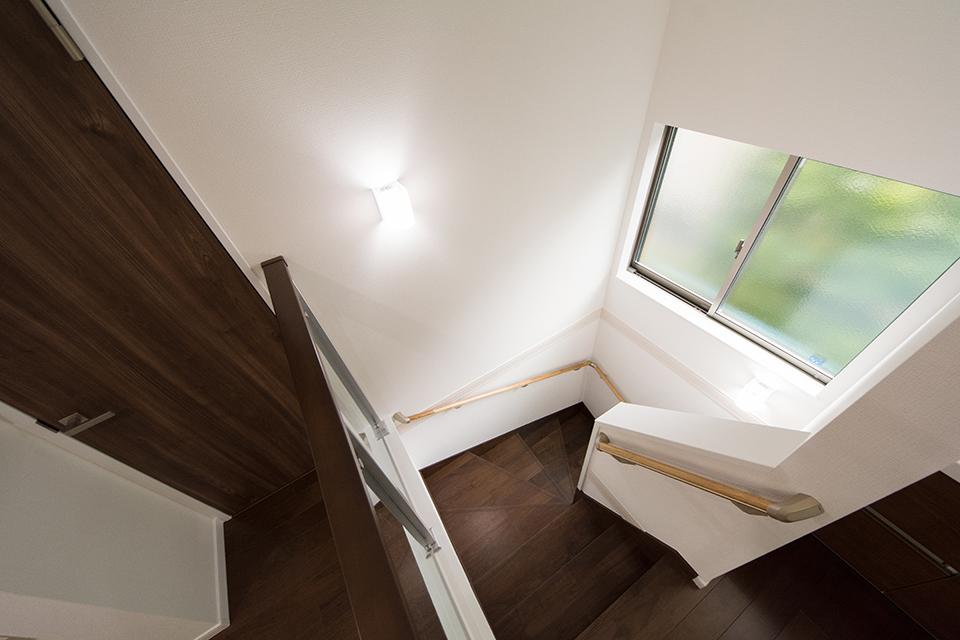 大きな開口部で開放感のある階段スペース。