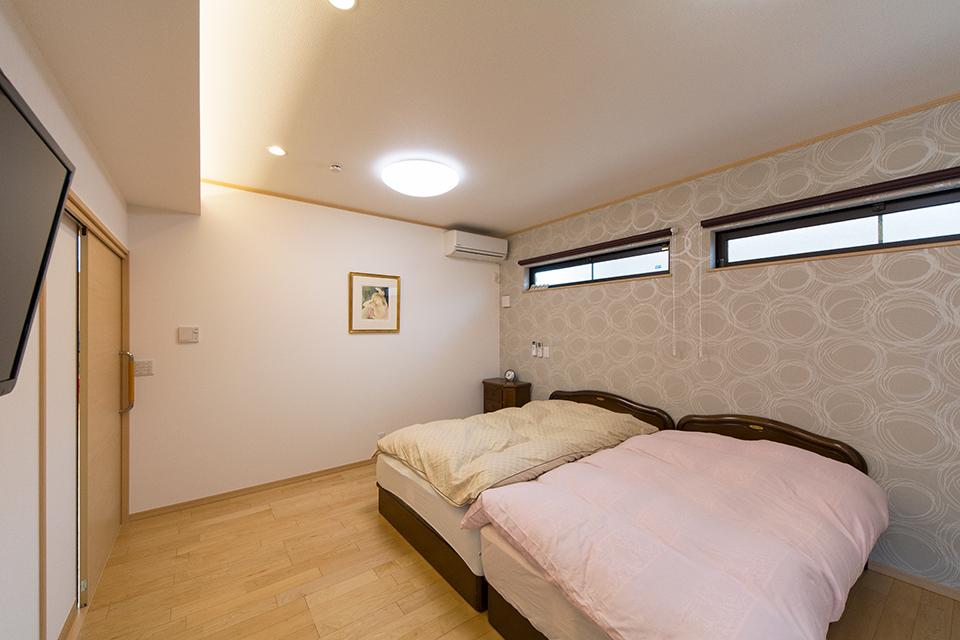 主寝室。折り上げ天井の間接照明があたたかみのある空間を演出。