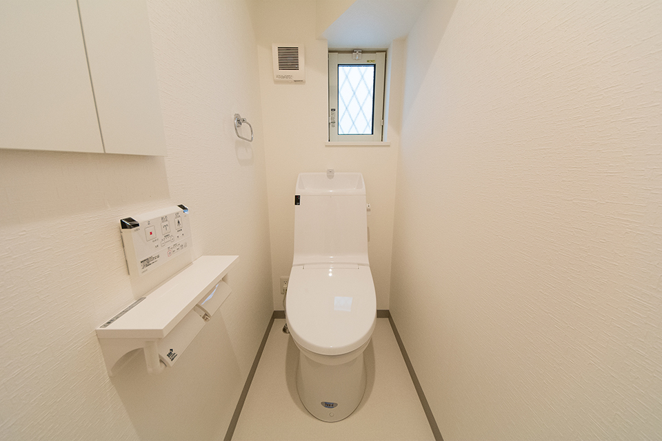 白を基調とした清潔感のある1階トイレ