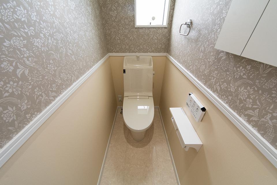 アクセントクロスを上下で貼り分けた、ナチュラルな雰囲気の2階トイレ