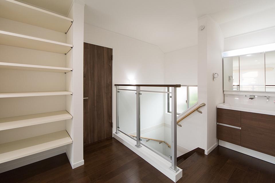 ブラウンの洗面化粧台がナチュラルな雰囲気の空間を演出する2階洗面スペース。