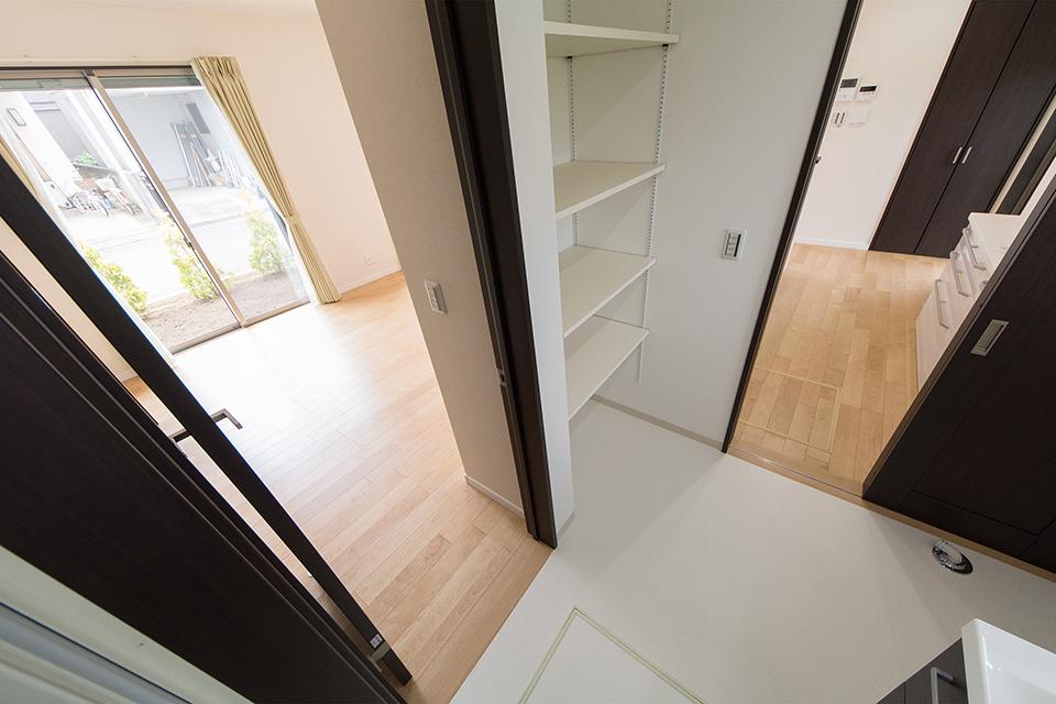 タオルや洗剤等をたっぷり収納できるリネン棚を設置。2WAYの動線を確保したサニタリールーム。