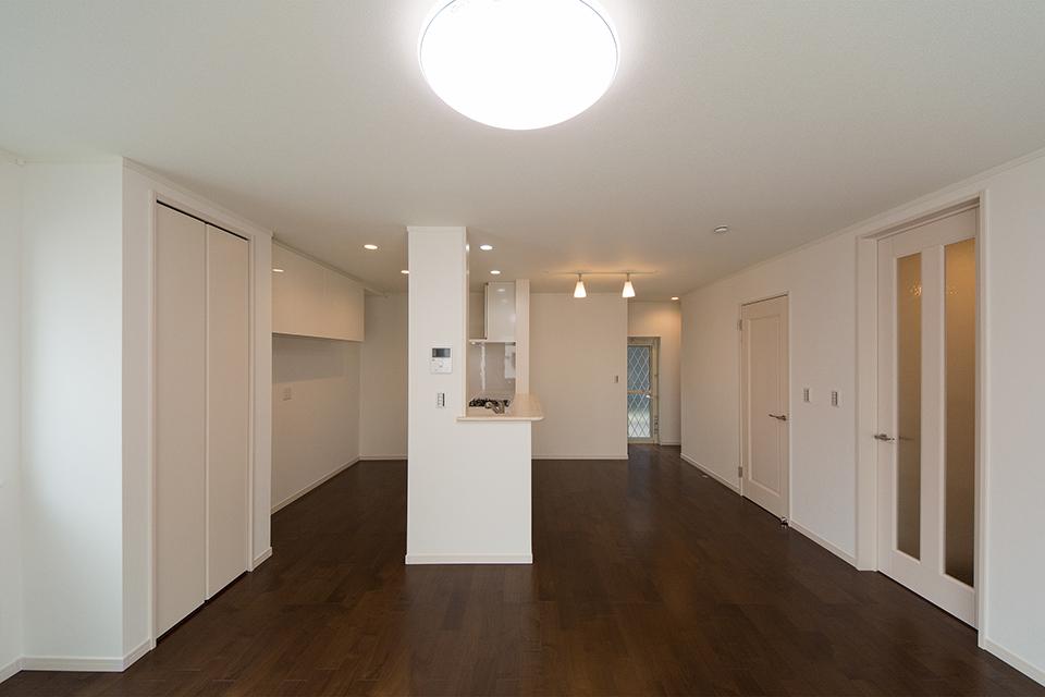建具は白を基調にし、フローリングの色とメリハリをつけた仕上がり。