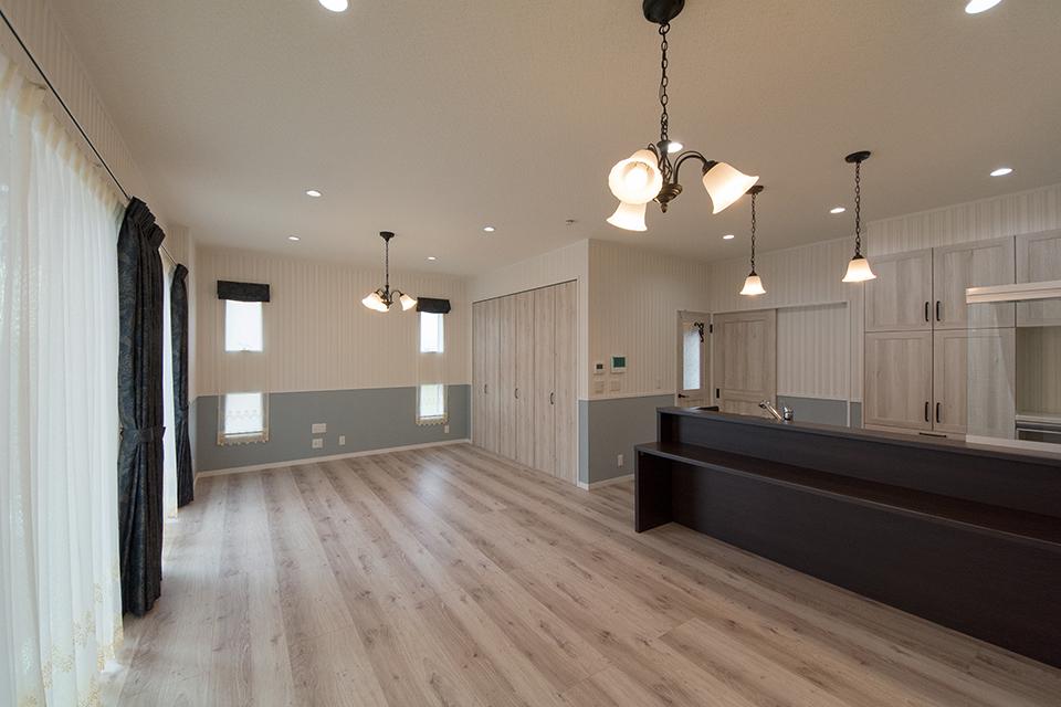 熟成された風合いのフローリングが室内空間を彩り、ナチュラルな雰囲気を演出。
