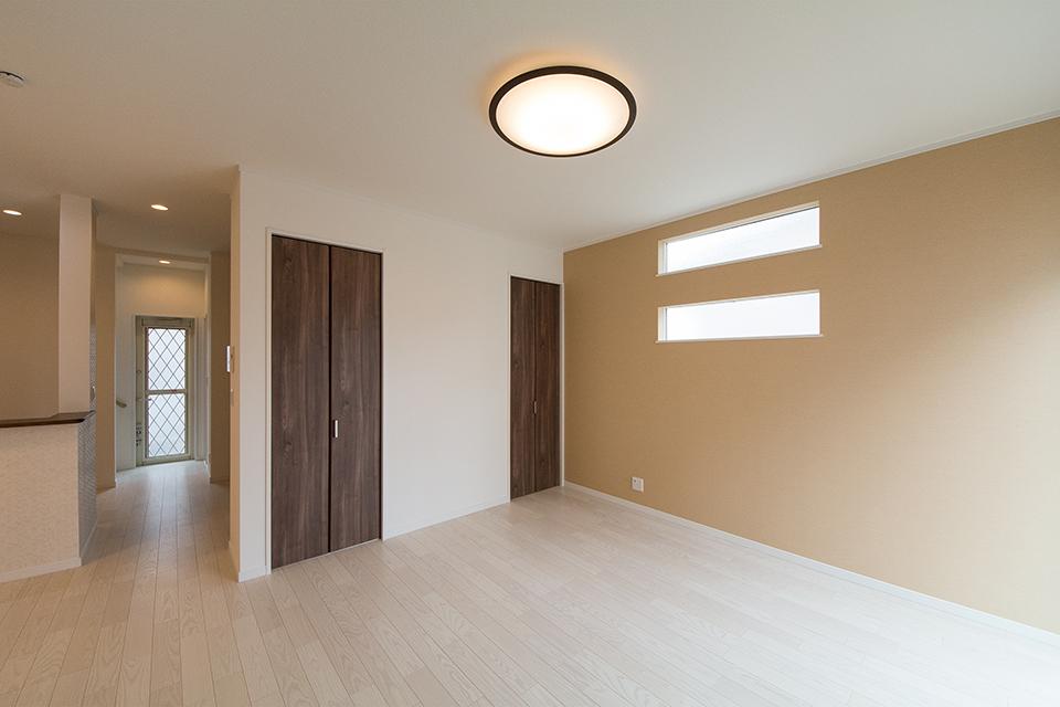 美しく繊細な木目のフローリング(ホワイトアッシュ)が窓から差し込む光を反射し、空間をやさしくつつみこみます。