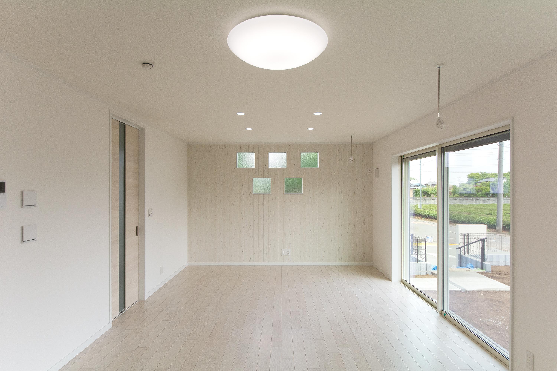 整然と並ぶ小窓の壁にウッド調のアクセントクロスをあしらい、ナチュラルでモダンな空間を演出。