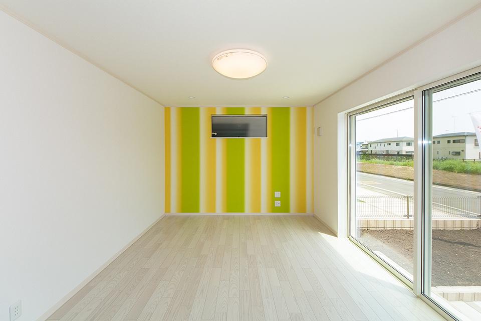 明るい配色のグラデーション柄アクセントクロスが、空間を彩ります。