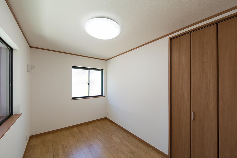 1階洋室。ブラックチェリーのフローリングがナチュラルな空間を演出します。