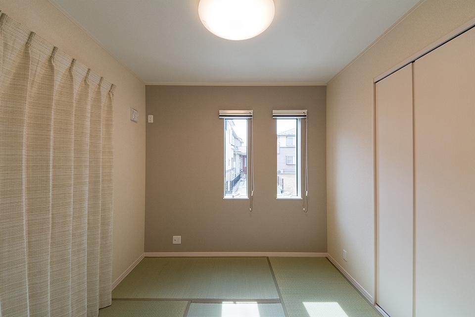 畳のさわやかなグリーンが心地良い空間。2連の縦窓が端正な表情を演出。