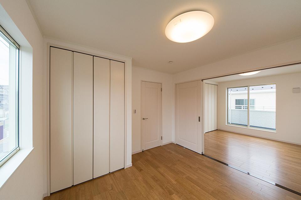 2階洋室。引き戸を開け放てば違和感なく調和し、開放感いっぱいの大空間に。