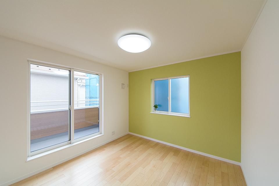 グリーンのアクセントクロスが爽やかな印象の空間を演出。