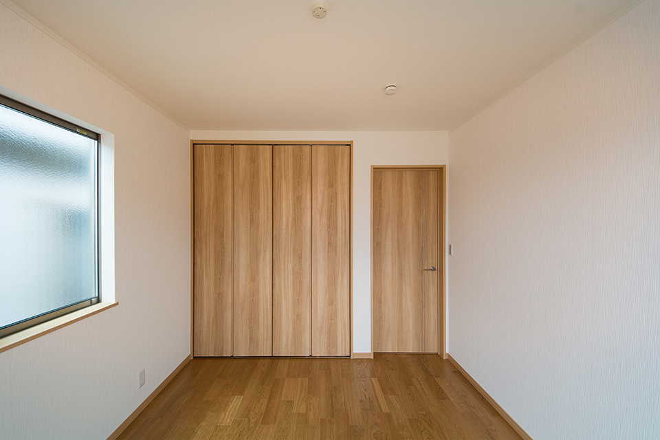 2階洋室。ブラックチェリーのフローリングがナチュラルな空間を演出します。