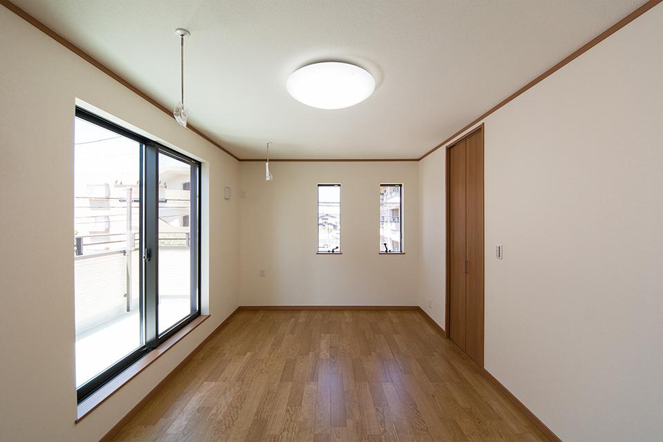 ウォークインクロゼットを設えた2階洋室。ブラックチェリーのフローリングがナチュラルな空間を演出します。