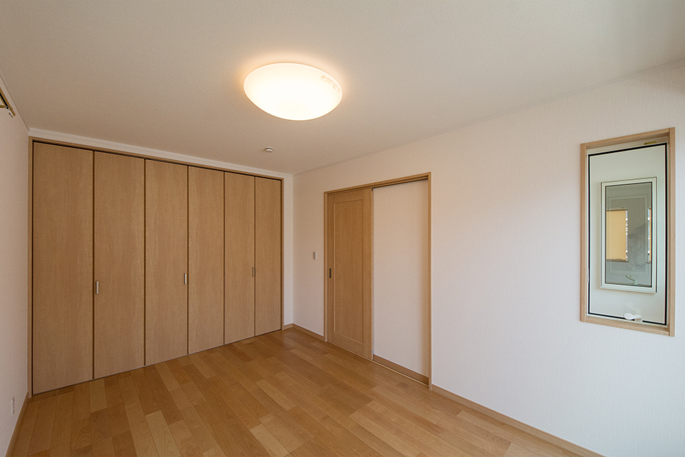 2階洋室。バーチのフローリングがナチュラルな空間を演出します。